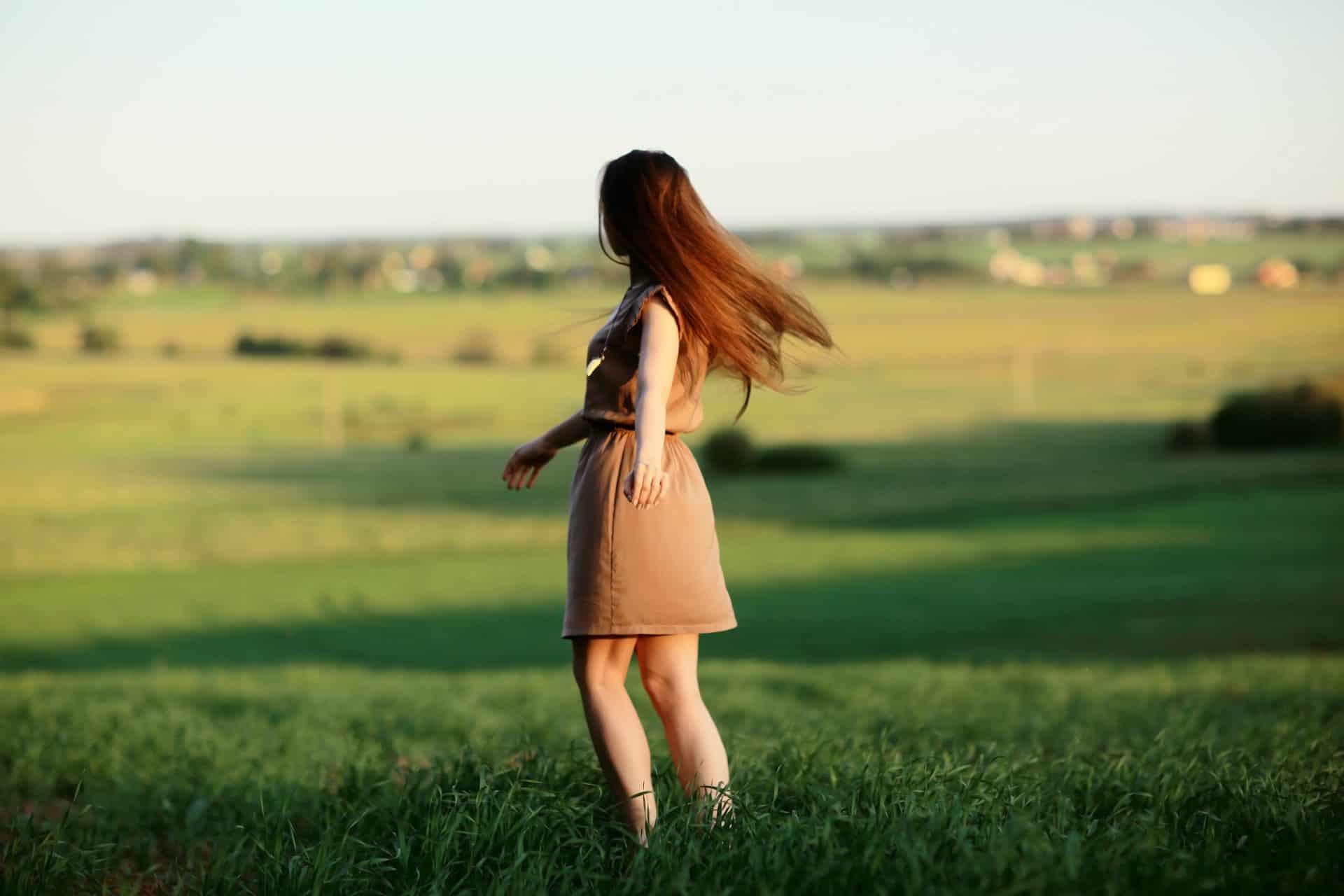 אישה עומדת בשדה